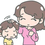 泣いている男の子の頭をなでているお母さん