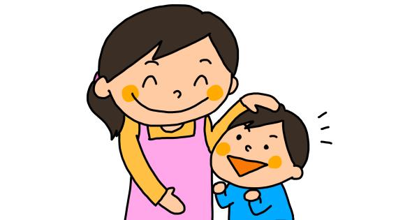 子どもの頭を撫でるお母さん