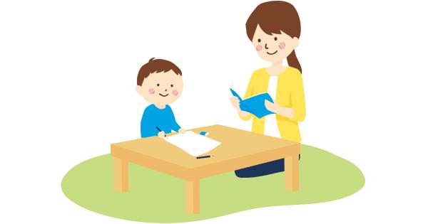 子どもの勉強をみているお母さん