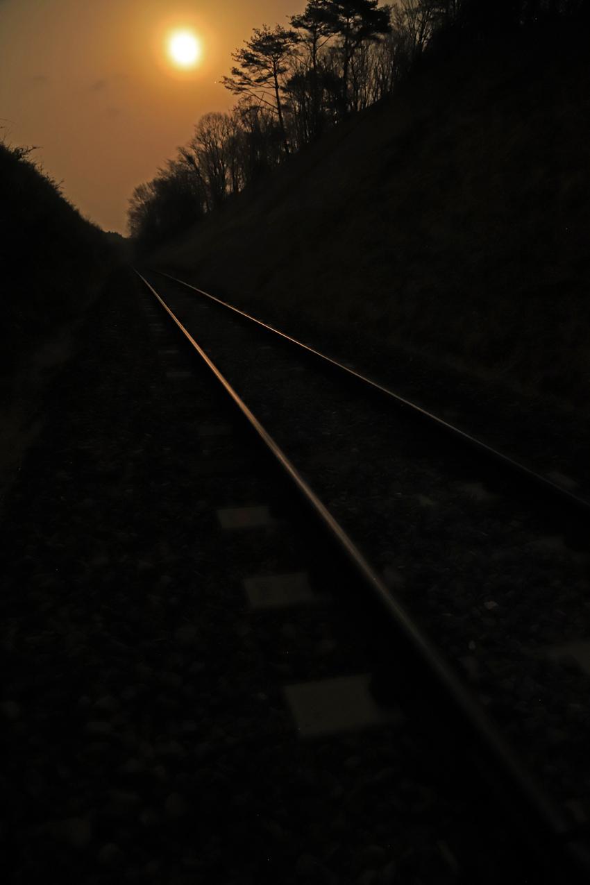 20180403春霞の月と鉄の道