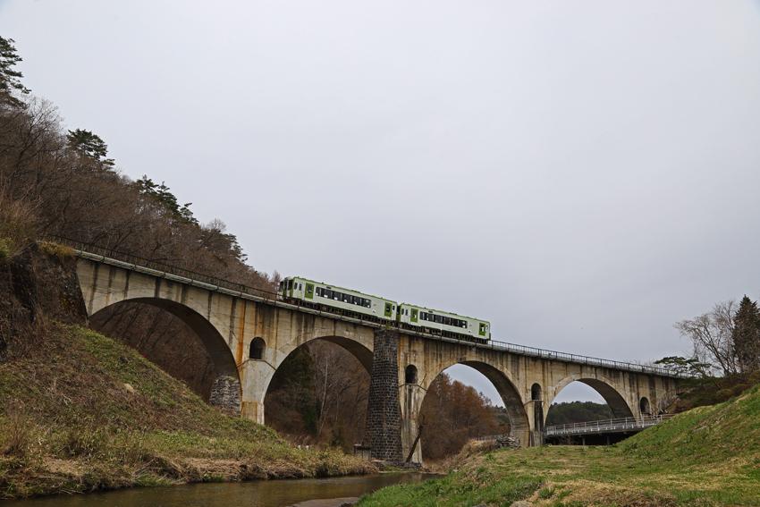20180414宮守めがね橋を渡る釜石線上り