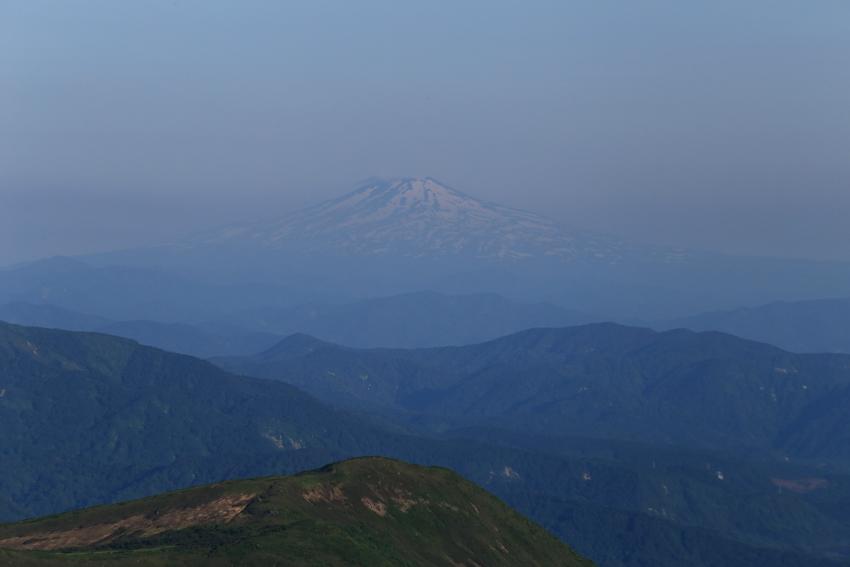 20180623山頂から見た鳥海山