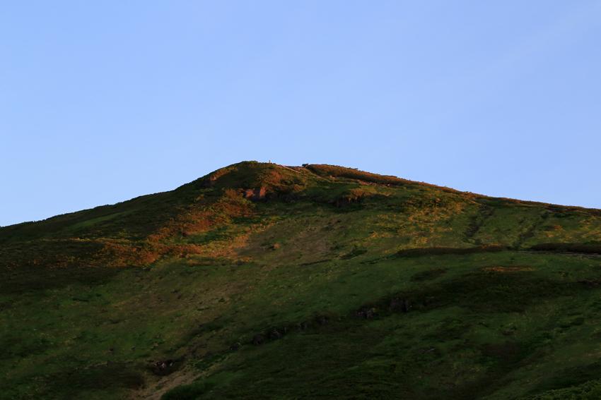 20180623朝陽が当たり始めた栗駒山山頂