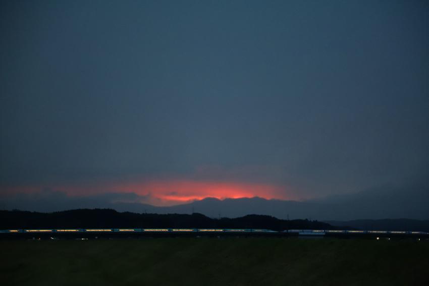 20180629雷雨の前の夕焼けと新幹線