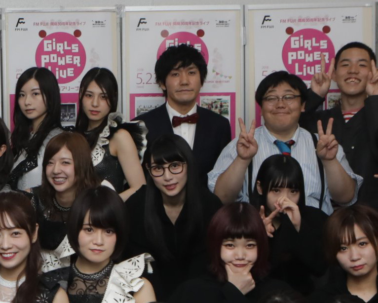 「GIRLS POWER LIVE」集合写真でタイムマシーン3号山本が相楽伊織を触ってないか乃木ヲタから心配の声