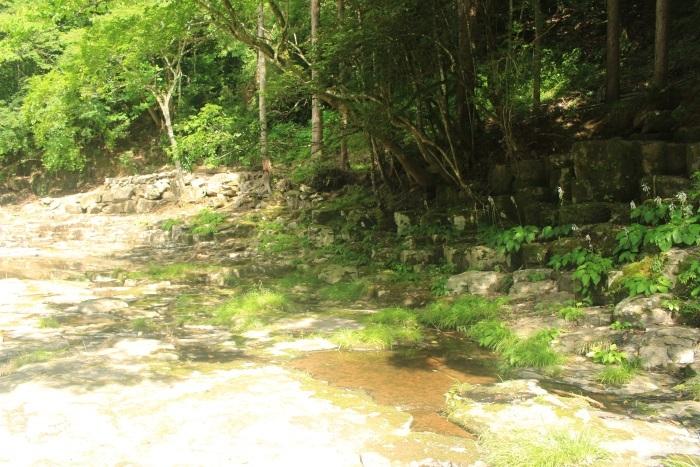 奇岩と水と光