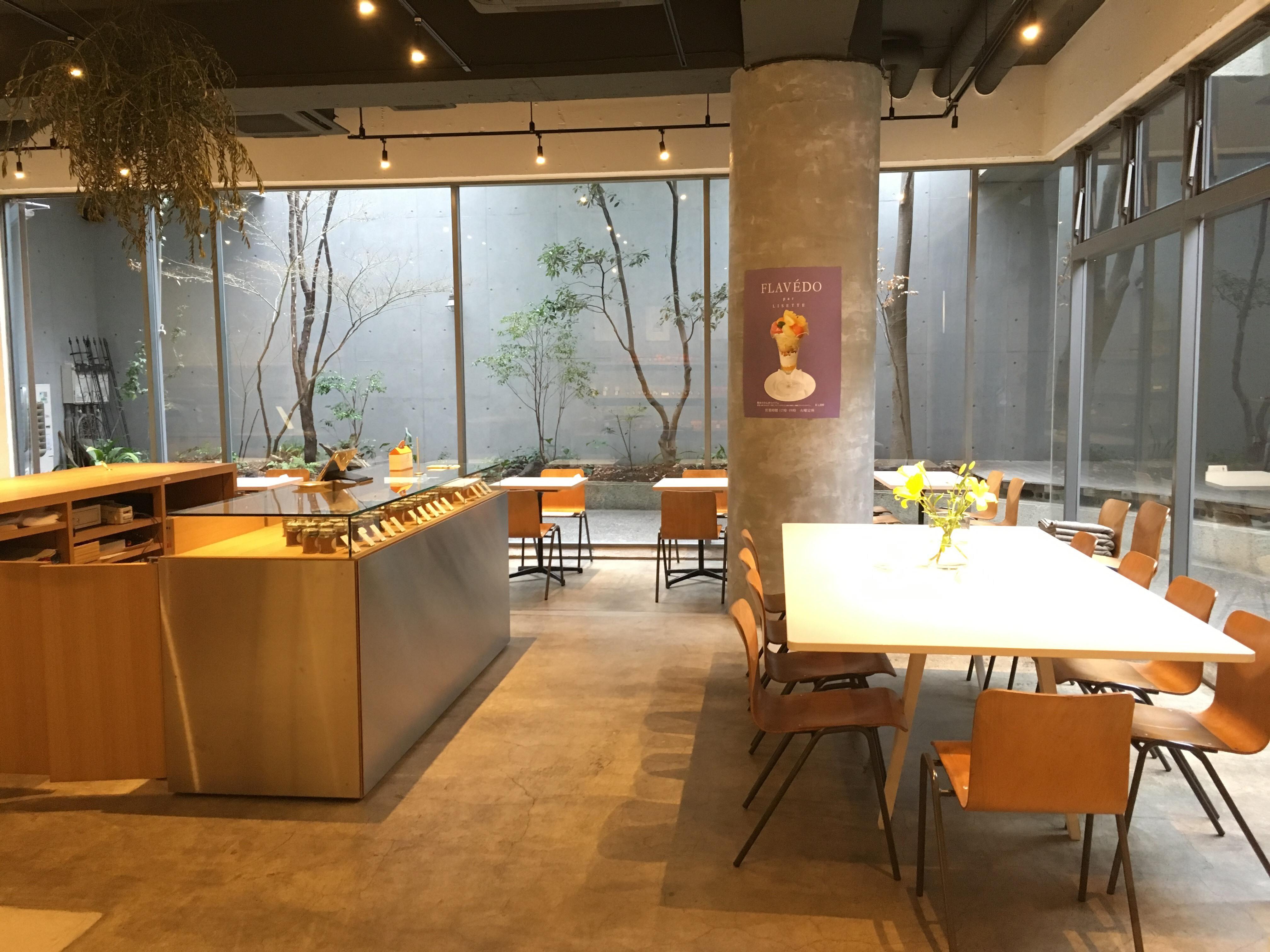 カフェスタッフ、緑に囲まれた開放的な空間で働く