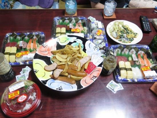 半額寿司、ソーセージとポテトなど