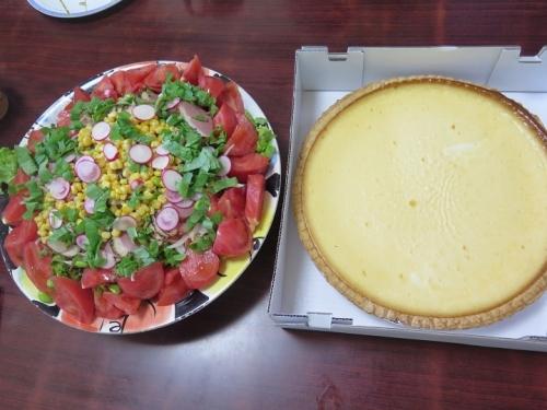 チーズケーキと御馳走サラダのお昼ごはん