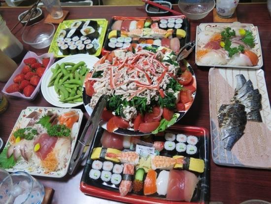 お寿司とスカイベリーの食卓