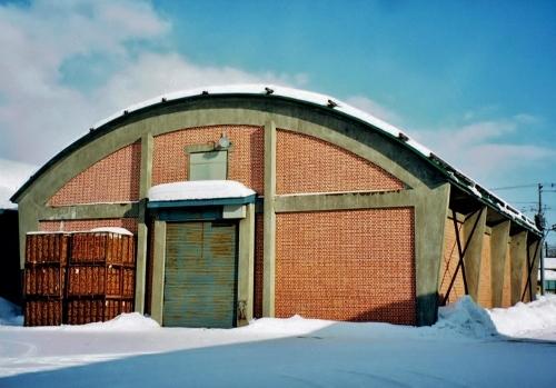 篠路駅西 農協倉庫 カマボコ屋根煉瓦 2000年