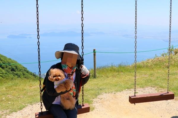 IMG_449320180522琵琶湖バレイのブランコ飼い主母とコノたん1