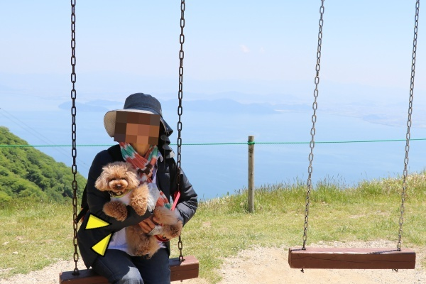 IMG_449820180522琵琶湖バレイのブランコ飼い主母とコノたん2