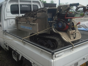 180430堆肥をイモ圃場へ運ぶ