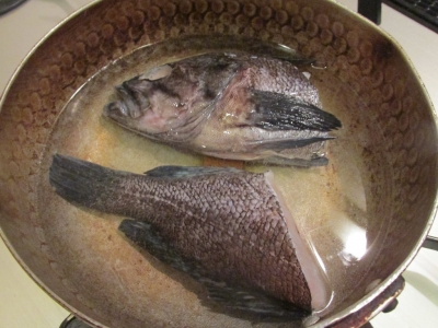 魚を煮る1