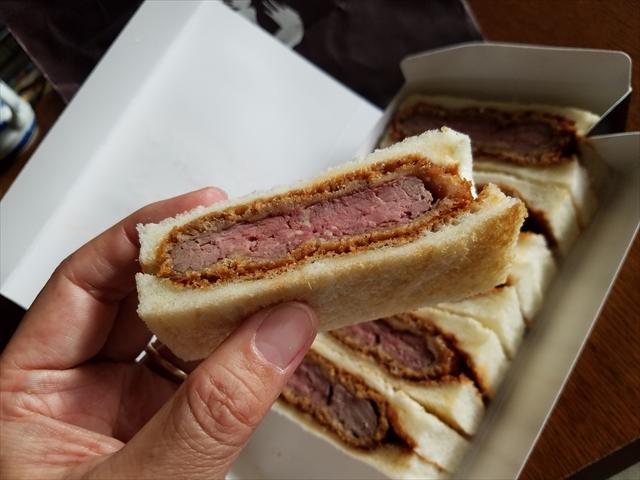 20180513_060702_R トースターの予熱でちょっとおたためるとトーストの香ばしさが蘇り、牛肉はレアのまま