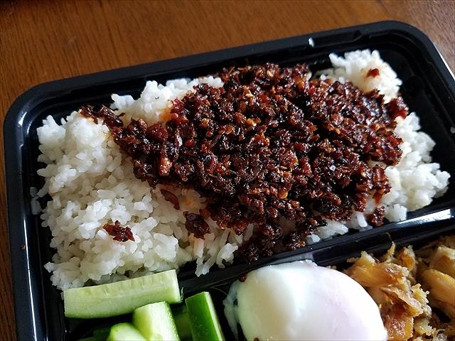 20180618_123148_R アミの佃煮みたい。ぴりから、ご飯はココナッツ煮の長粒米