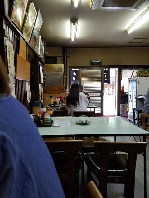 20180613_144501_R 平日の昼過ぎなのにぽつんぽつんと飲む客が