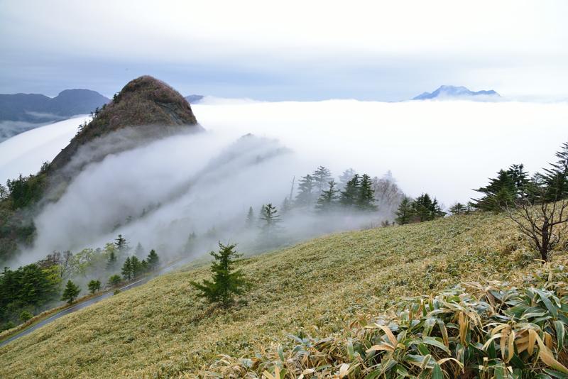 滝雲流れる子持権現山と石鎚遠望