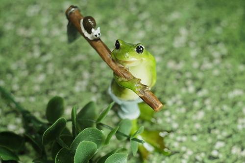 100円ショップでゲットしたカエルさん。カエ太の生活シリーズ。振り返りざまのポーズと、鍬の上のカタツムリがイイ感じ。