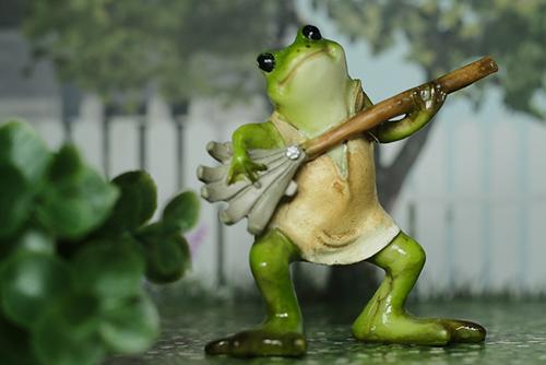 100円ショップでゲットしたカエルさん。カエ太の生活シリーズ。熊手をかき鳴らして、ゴキゲンなカエルさん。
