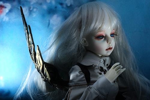 機械の翼を持つ少女、DOLLZONE・GillのAnne(アンヌ)。夜の暗がりで、まるでビスクドールのようにも見える。