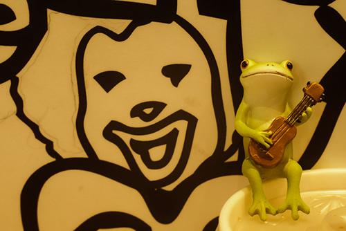 ツバキアキラが撮ったカエルのコポー。マクドナルドでウクレレを弾いているコポタロウ。