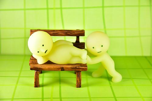 ツバキアキラが撮ったスミスキーの写真。ベンチで寝そべっているゴロネスキーに起きて欲しいオススキー。