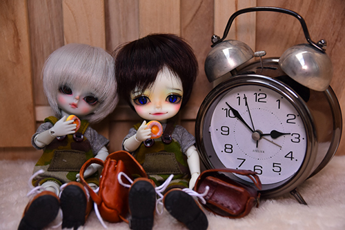WITHDOLL、Happy Ending Story - Wolf Rudyのルディと、WITHDOLL、Halloween Limited Edition / Black Cat / Butler Pookyのキオ。お揃いの服でカバンを持って、学校へ行きました。