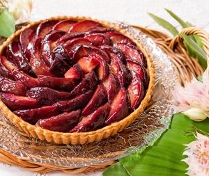 赤い桃とピスタチオのタルト