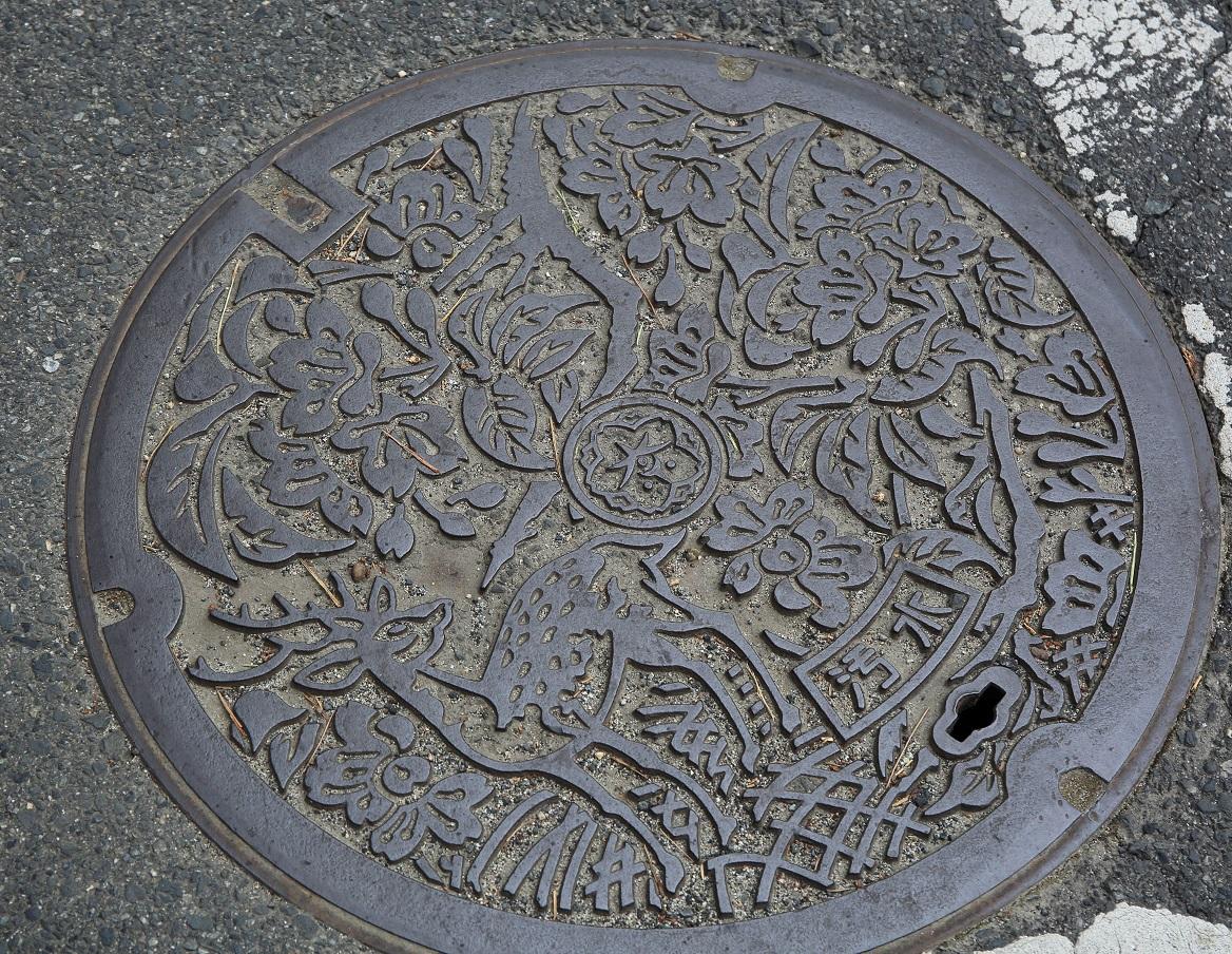 ブログ 奈良市の鹿と桜のマンホール.jpg
