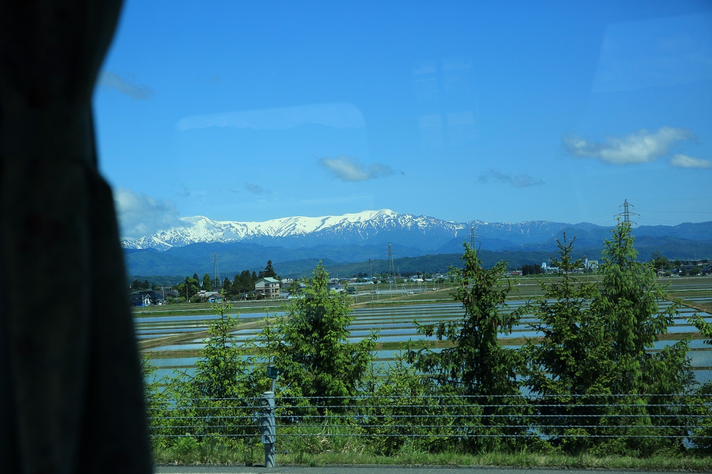 ブログ バスの中から飯豊連峰を望む.jpg