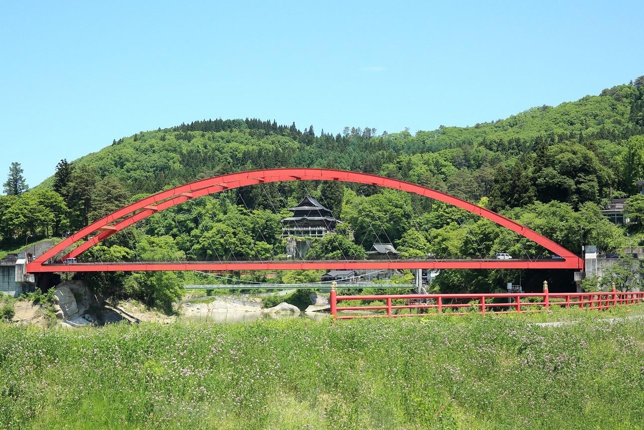 ブログ 斎藤清美術館の中からの虚空像菩薩の本殿を望む.jpg