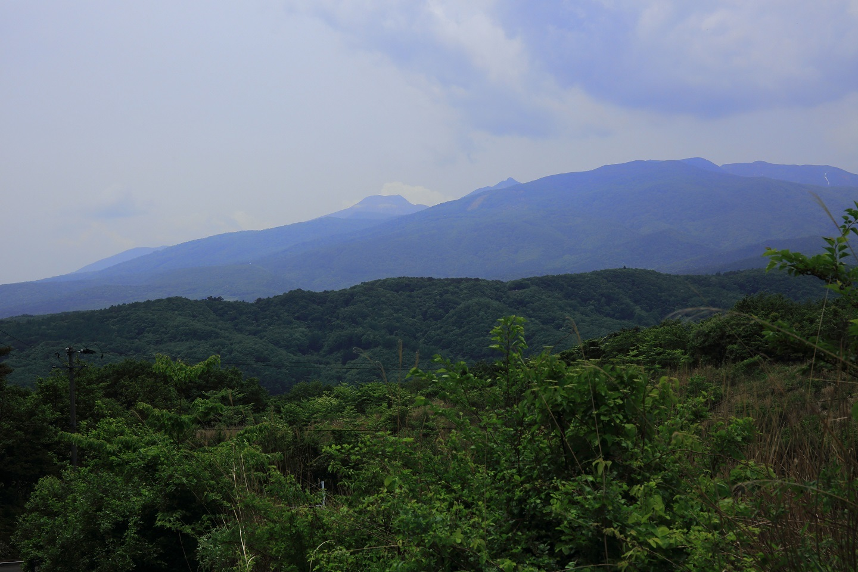 ブログ 溶岩ドームの茶臼と朝日岳が見える.jpg