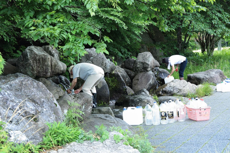 ブログ 尚仁沢湧水の水を汲む.jpg