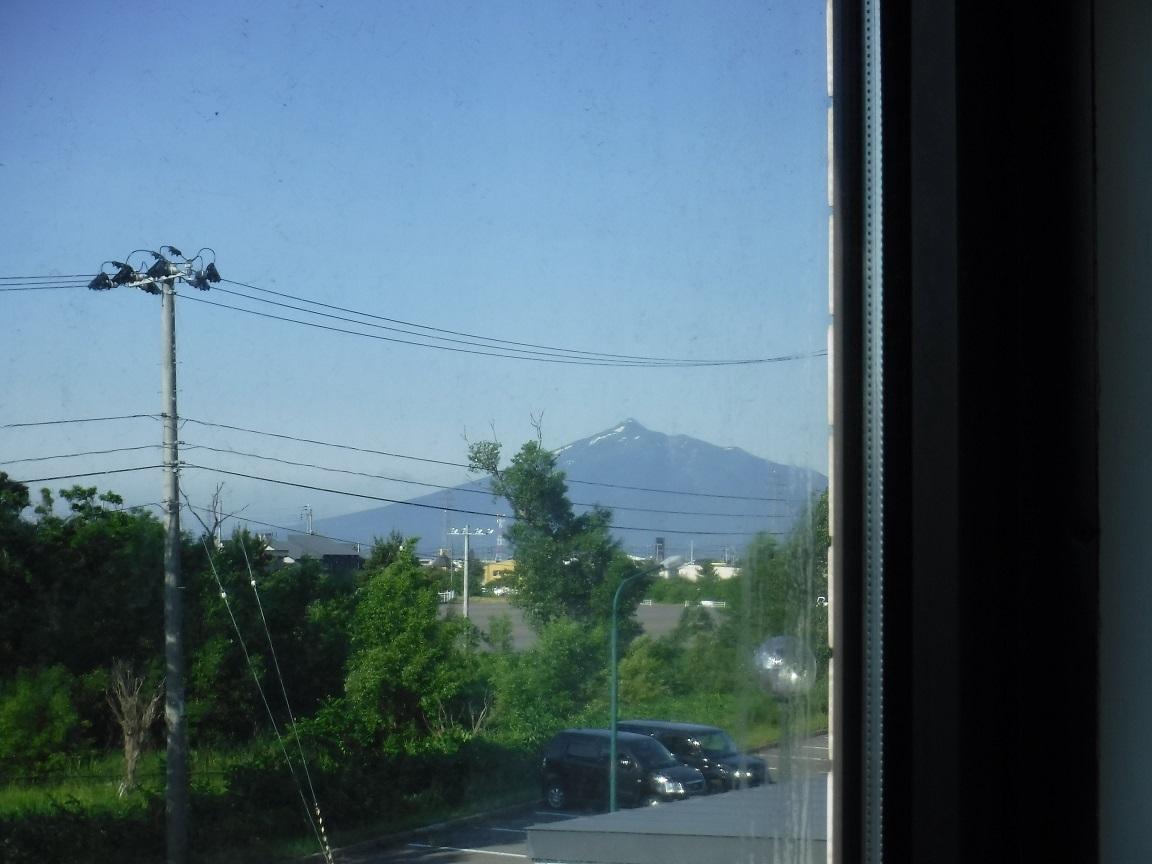 ブログ 朝 ホテルの小さなま窓枠から津軽富士 快晴.jpg