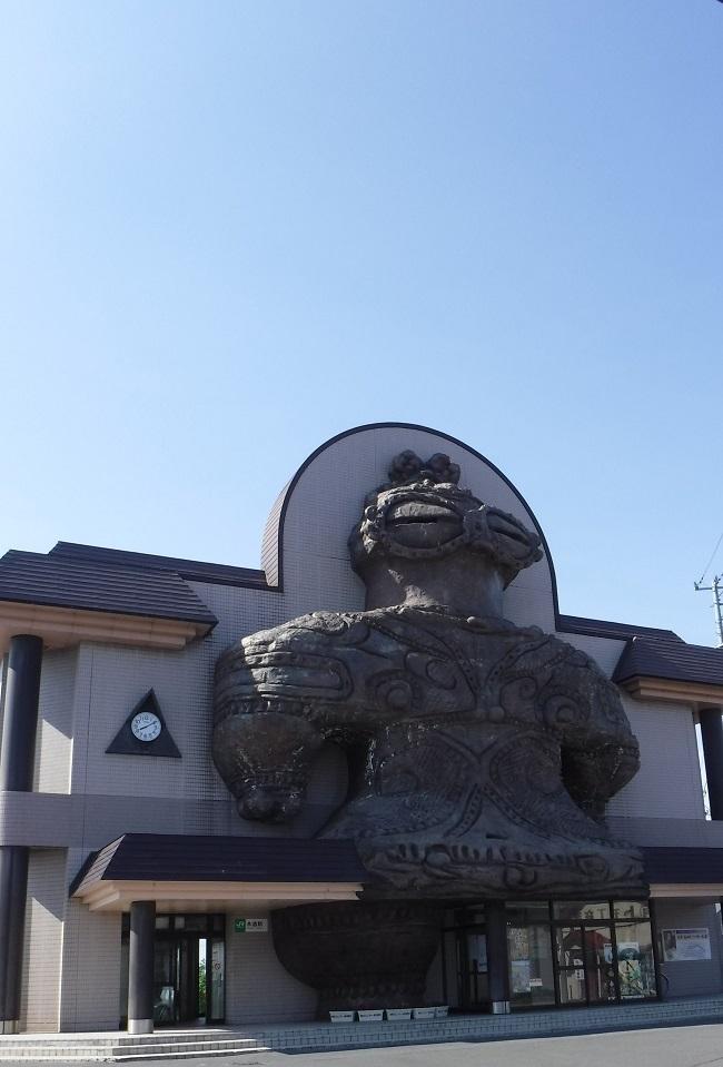 ブログ 木造駅の縄文土器のモニュメント.jpg