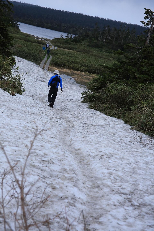 ブログ 残雪を進むハイカー.jpg