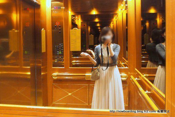 クルーズ旅行での30代女性のフォーマルドレスの羽織物