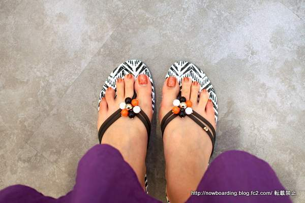 Drew Barrymore Crocs Isabella Flips ドリュー × クロックス イザベラ フリップ着用画像