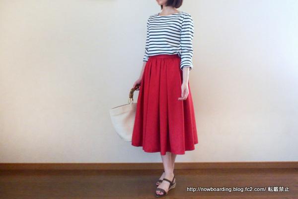 Happy急便のミモレ丈赤フレアスカート着用画像