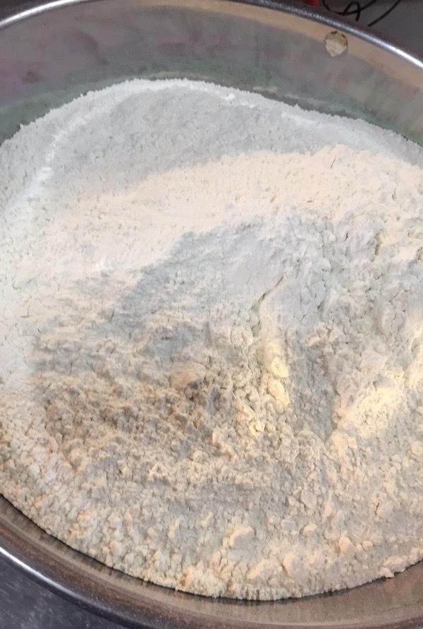 小麦粉、練ります