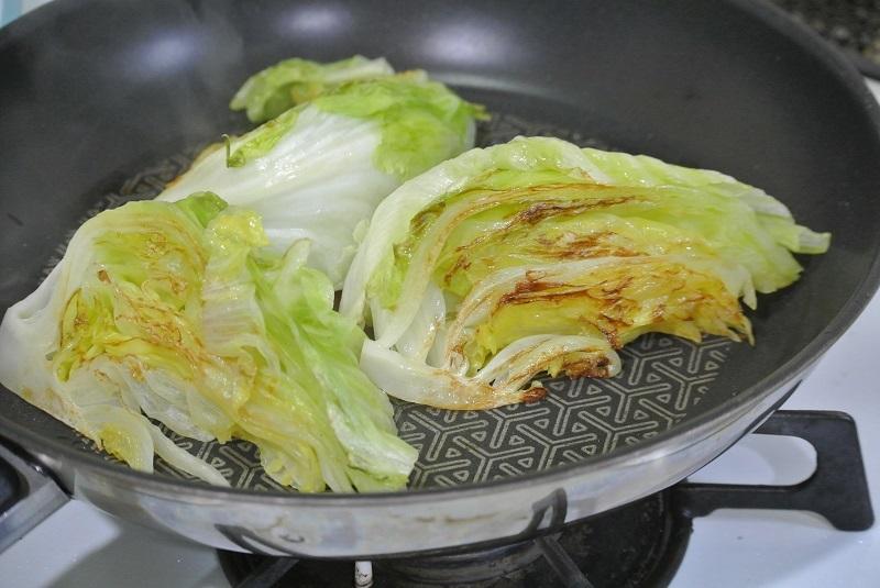 焼きレタスとベーコンのサラダレタス焦げ