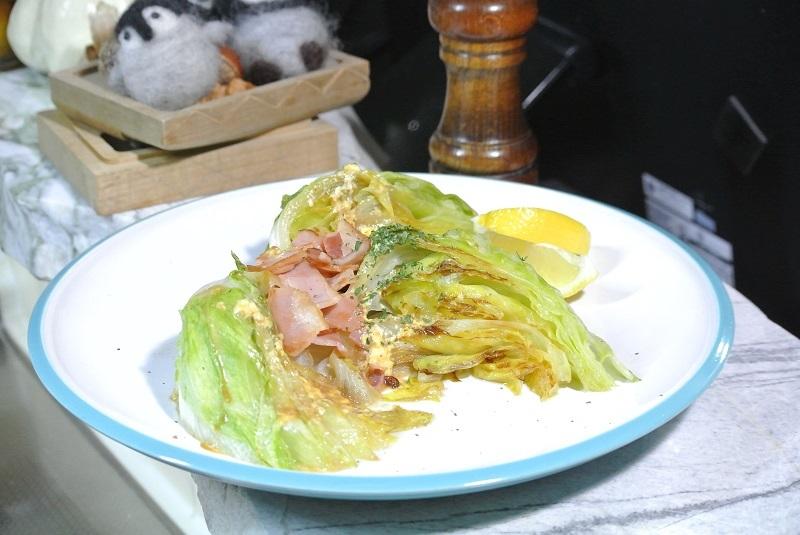 焼きレタスとベーコンのサラダ盛り付け