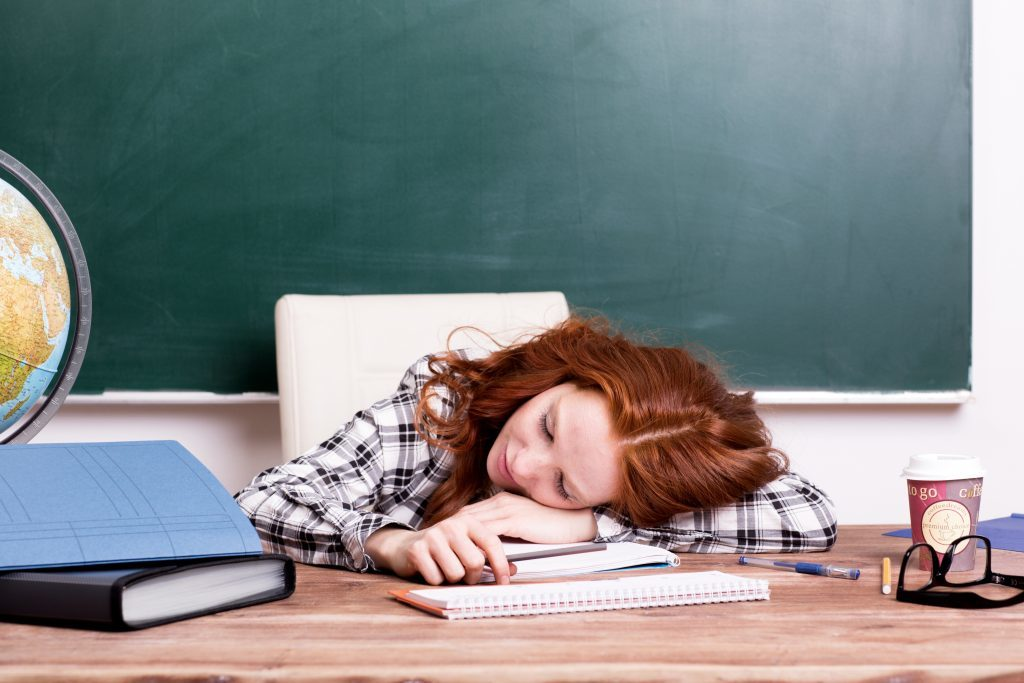 女性 教師 寝る 机 1