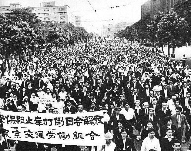 日比谷公園から国会に向かうデモ隊(1960年6月15日)