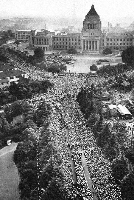 国会を取り囲んだデモ隊、1960年6月18日。