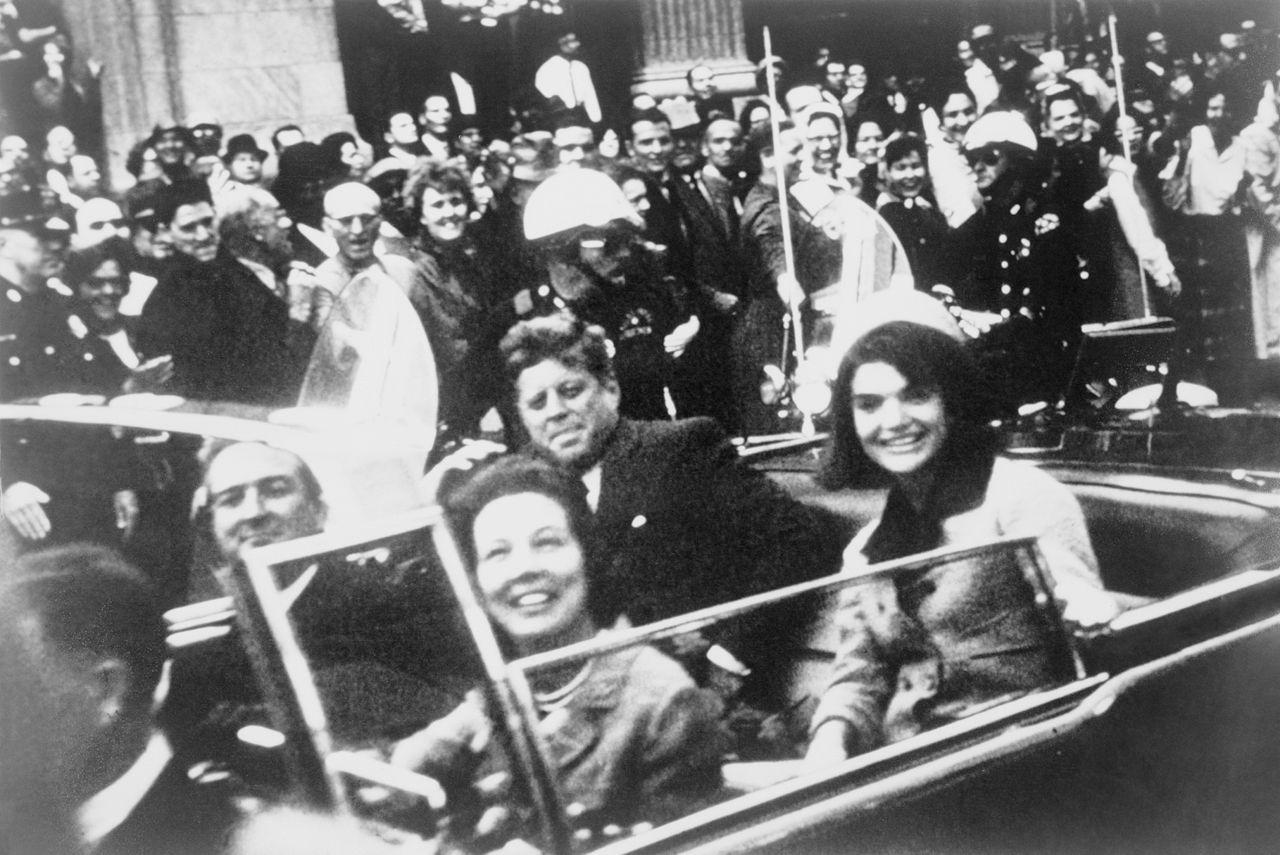 暗殺直前のケネディ大統領夫妻。