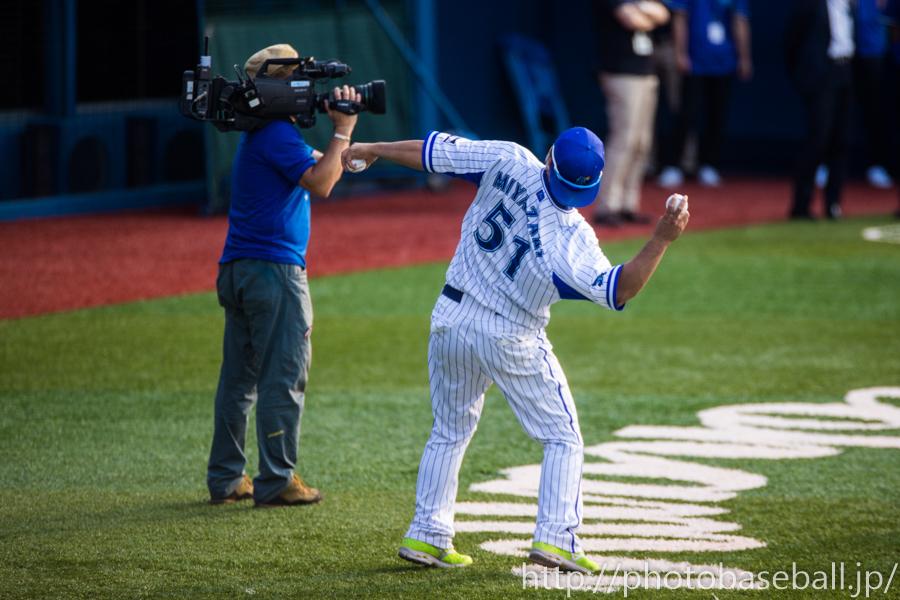 サインボールを投げる宮崎敏郎