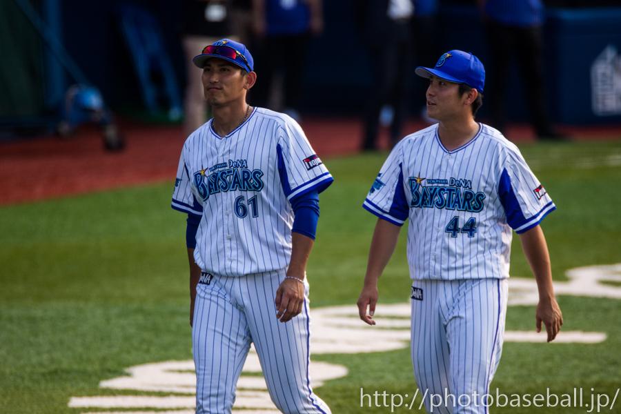 サインボールを投げる中川大志と佐野恵太